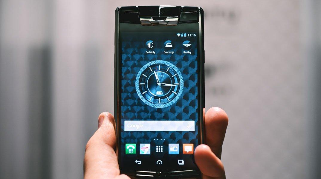 Il 62% degli Italiani ha informazioni molto personali sui propri dispositivi mobili, il 55% vorrebbe sbirciare in quelli altrui 53 Il 62% degli Italiani ha informazioni molto personali sui propri dispositivi mobili, il 55% vorrebbe sbirciare in quelli altrui