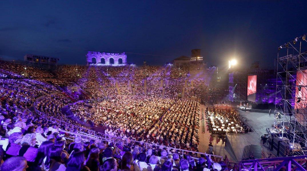 """arena - Paolo Bonolis e Belen Rodriguez presentano """"Arena di Verona 2015"""""""
