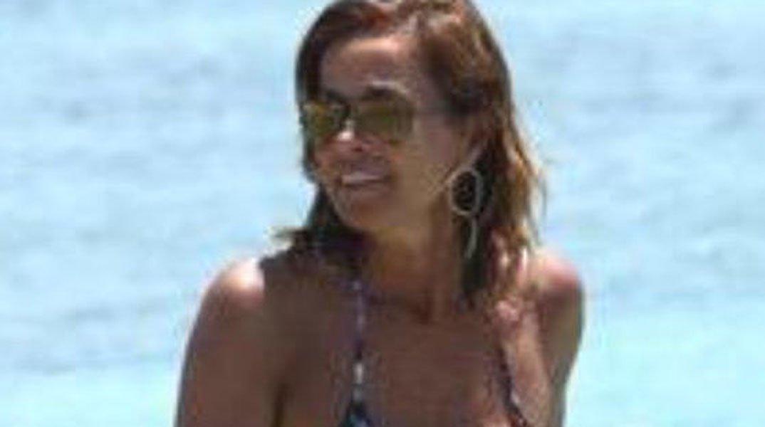 Cristina Parodi è l'icona 2015 dell'eleganza in spiaggia 16 Cristina Parodi è l'icona 2015 dell'eleganza in spiaggia