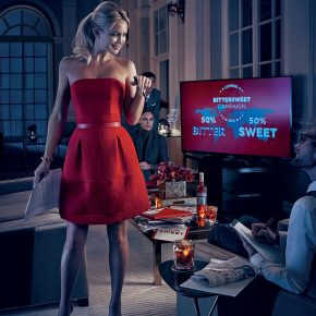 Svelato a New York l'iconico Calendario CAMPARI 2016. Protagonista Kate Hudson 17 Svelato a New York l'iconico Calendario CAMPARI 2016. Protagonista Kate Hudson