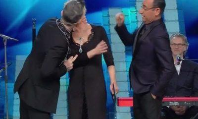 Il bacio di Robbie Williams a Maria De Filippi scatena il web: oltre 7.000 tweet in 2 minuti 10 Il bacio di Robbie Williams a Maria De Filippi scatena il web: oltre 7.000 tweet in 2 minuti
