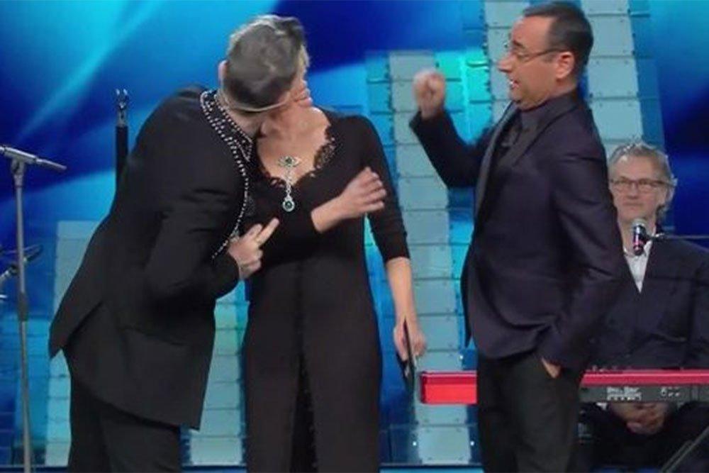 bacio robbie williams - Il bacio di Robbie Williams a Maria De Filippi scatena il web: oltre 7.000 tweet in 2 minuti