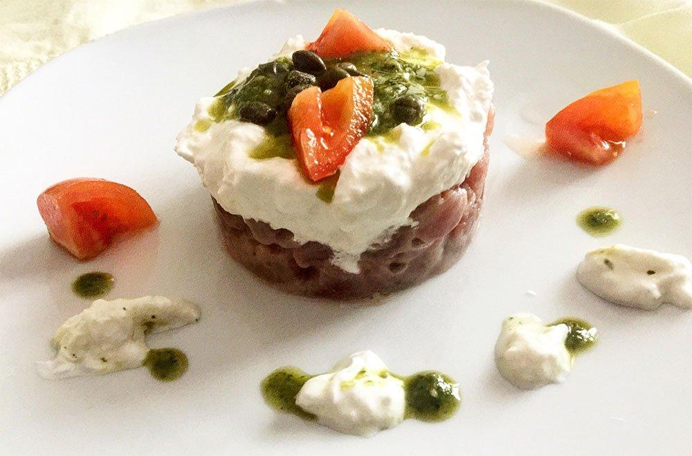 Tartare di tonno rosso con burrata, pesto e pomodori: la ricetta 12 Tartare di tonno rosso con burrata, pesto e pomodori: la ricetta