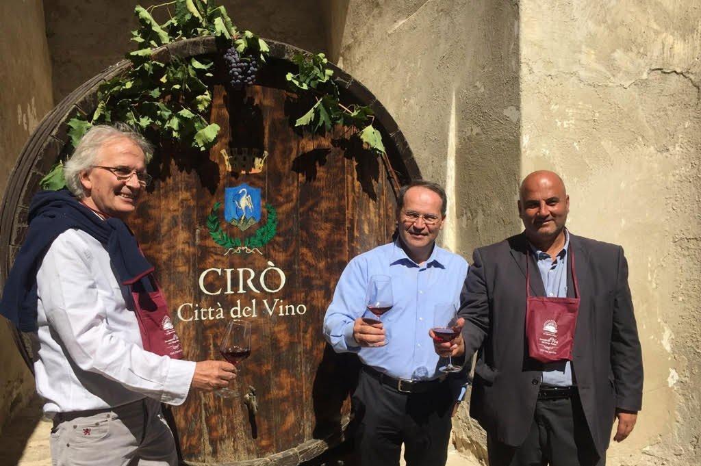 Direttore Città del Vino Paolo Benvenuti presidente Città del Vino Floriano Zambon e sindaco di Ciró Francesco Paletta