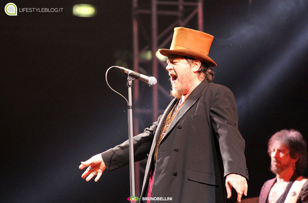 Checco Zalone canta al concerto di Zucchero