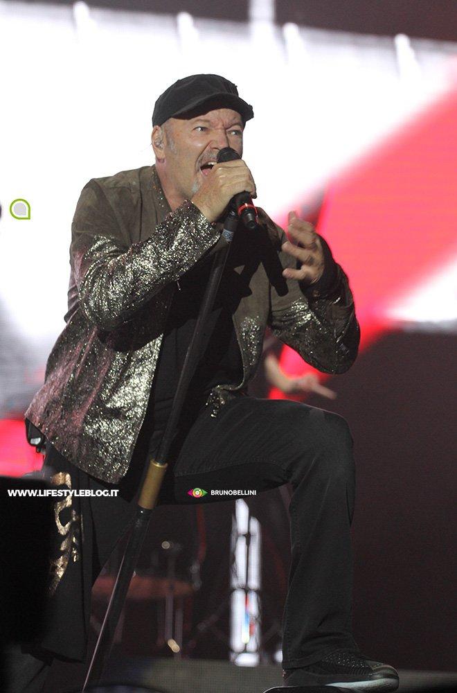 Vasco Rossi: le foto del concerto di Bari 17 Vasco Rossi: le foto del concerto di Bari