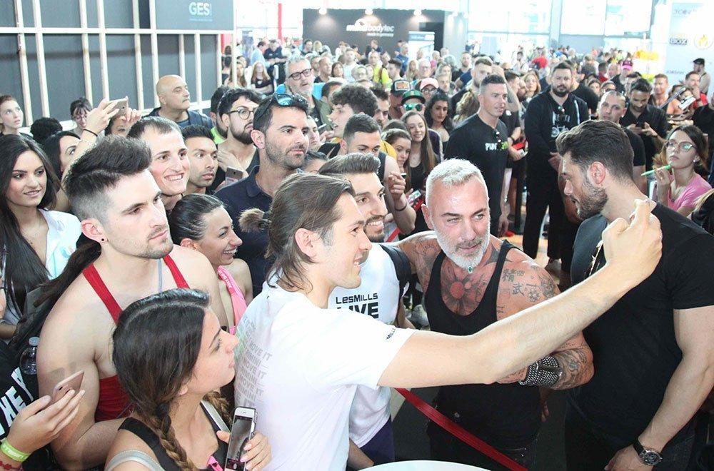 Gianluca Vacchi con i suoi fans