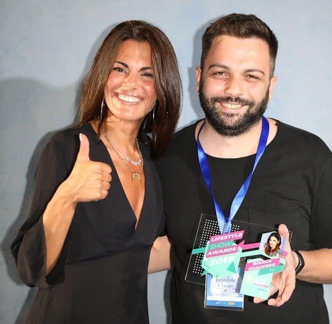 Bianca Guaccero premiata dal direttore di Lifestyleblog.it, Bruno Bellini. (foto Paolo Formica)