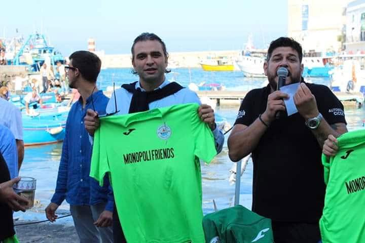 Angelo Giannoccaro dell'associazione Monopoli Friends con il sindaco Angelo Annese
