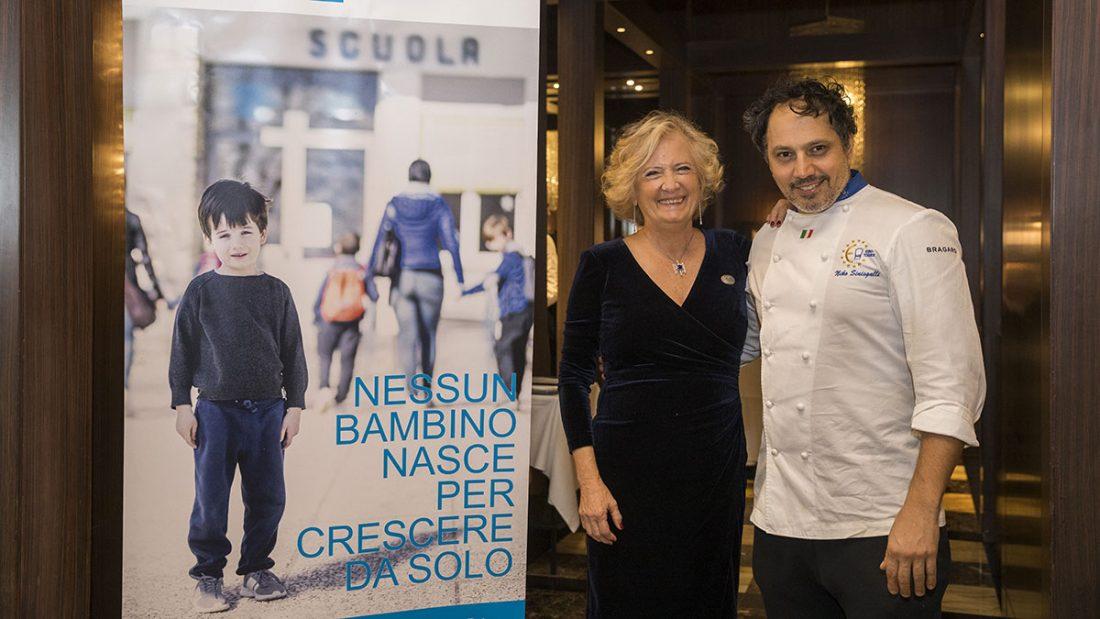 Lo chef Niko Sinisgalli con Roberta Capella, Direttore di SOS Villaggi dei Bambini.