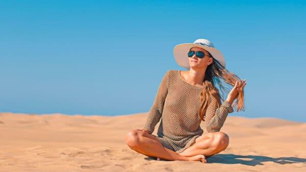 Sole e capelli 600x337 - Estate, sole e capelli: come mantenerli brillanti e morbidi