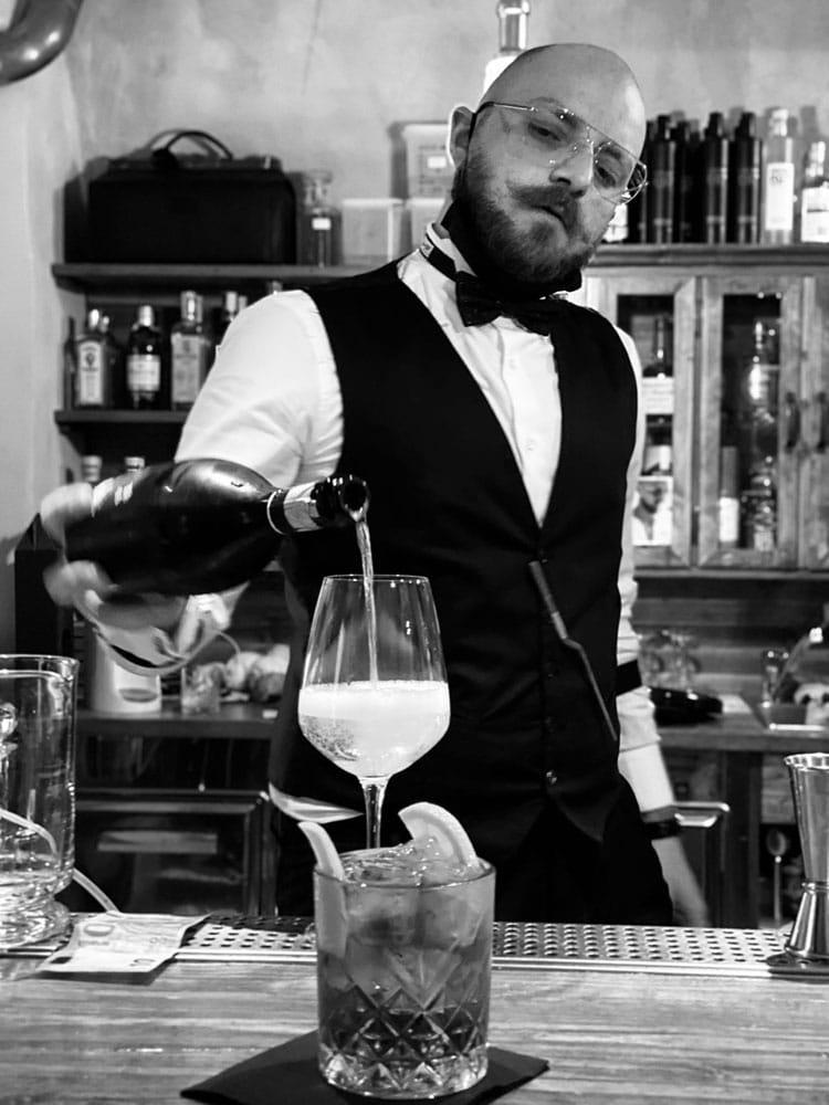 Nicola Righi titolare e barman del Santeria the Old Twenties cocktail bar di Urbino - RINASCIMENTO VRBINO, il drink ispirato a Raffaello Sanzio
