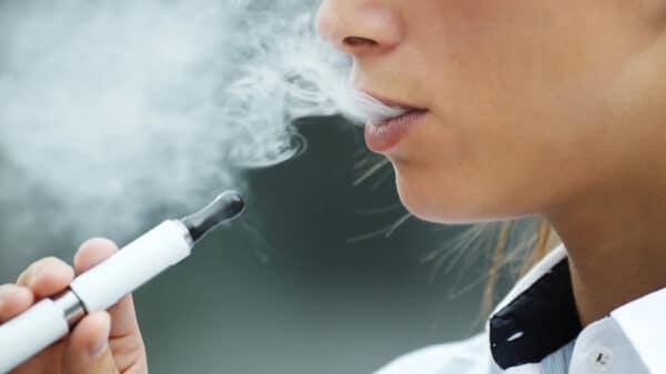 sigaretta elettronica 600x337 - Scegliere la sigaretta elettronica e smettere di fumare