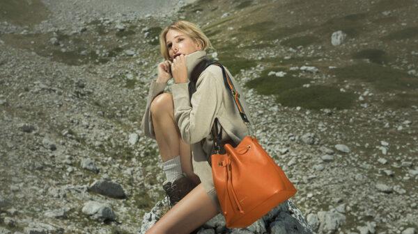 Alessia Marcuzzi con borsa MarksAngels 600x337 - La nuova collezione 2020/2021 Marks&Angels di Alessia Marcuzzi