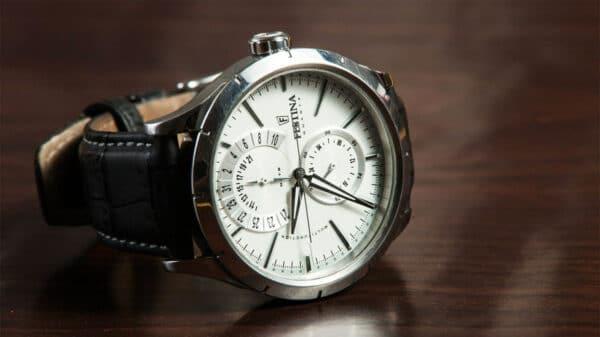 orologio 600x337 - Il fascino di un bell'orologio indossato
