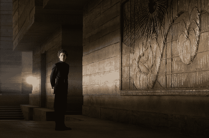 Timothée Chalamet nel film Dune nel palazzo Atreides