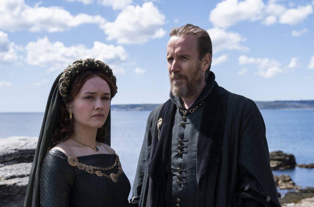 Olivia Cooke nel ruolo di Alicent Hightower e Rhys Ifans in quello di Otto Hightower