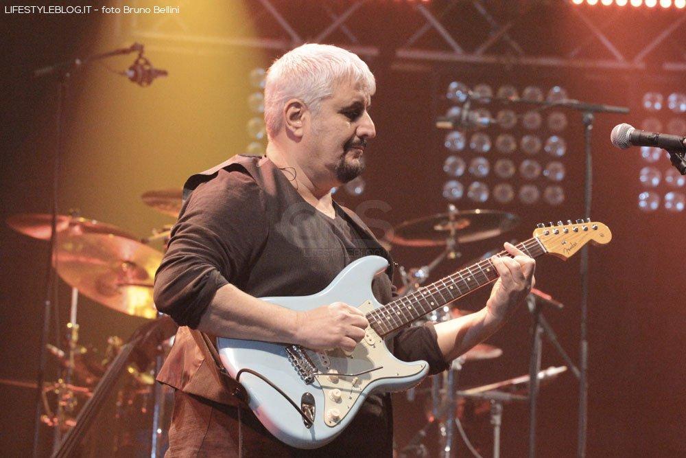 Pino Daniele, successo a Bari. Le foto del concerto 14 Pino Daniele, successo a Bari. Le foto del concerto